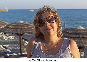 ritratto, di, donna, su, uno, spiaggia, in, il, sole montaggio