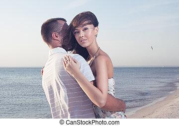 ritratto, di, felice, bello, coppia, godere, a, spiaggia, su, tramonto