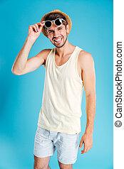 ritratto, di, felice, giovane, in, calzoncini, cappello, e, occhiali da sole