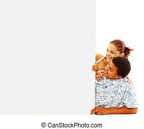 ritratto, di, felice, uomini donne, standing, con, uno, tabellone, contro, sfondo bianco