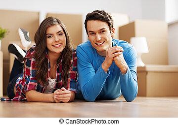 ritratto, di, giovane coppia, in, loro, casa nuova
