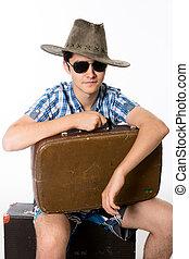ritratto, di, giovane, in, occhiali da sole, con, uno, valigia