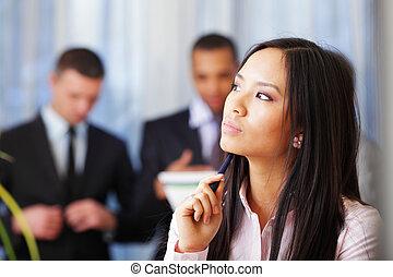 ritratto, di, giovane, malinconico, donna asiatica, con, lei, partner affari, su, il, fondo