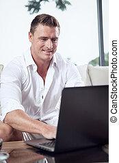 ritratto, di, giovane, seduta, con, laptop, in, casa estate, ambiente