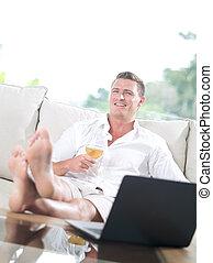 ritratto, di, giovane, su, divano, con, laptop, in, casa estate, ambiente