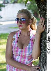 ritratto, di, il, bello, ragazza, chi, ha, appoggiare, contro, uno, albero
