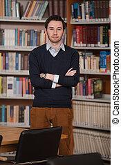 ritratto, di, intelligente, studente, in, biblioteca