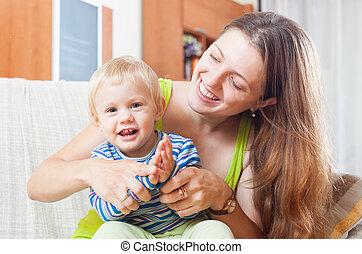 ritratto, di, mamma felice, con, bambino primi passi