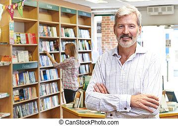 ritratto, di, maschio, libreria, proprietario, con, cliente, in, fondo