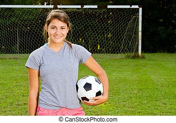 ritratto, di, ragazza adolescente, giocatore calcio, su, campo