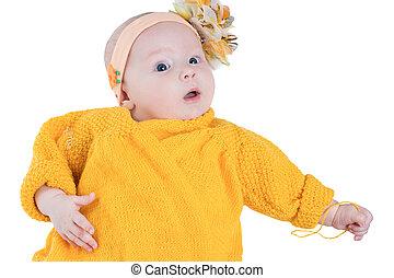 ritratto, di, ragazza bambino, con, fiore giallo, su, lei, testa, sfondo bianco