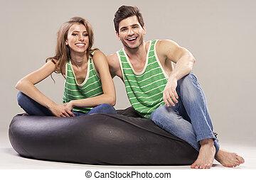 ritratto, di, sorridente, giovane coppia, a casa