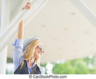ritratto, di, sorridente, hipster, ragazza, città, guardando, spazio copia
