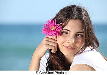 ritratto, di, uno, bella donna, spiaggia, con, uno, fiore dentellare