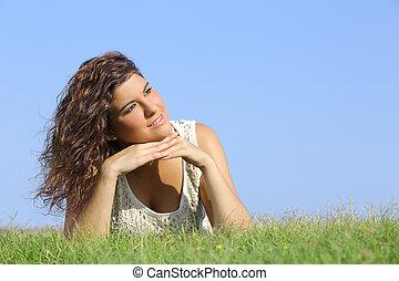 ritratto, di, uno, bella donna, trovandosi erba