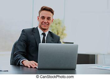 ritratto, di, uno, bello, giovane, uomo affari, con, laptop.