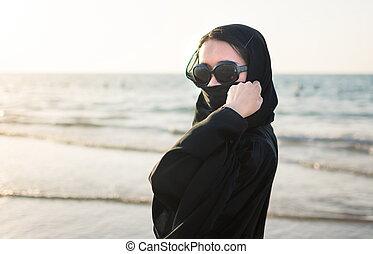 ritratto, di, uno, donna, in, abaya, spiaggia