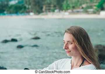 ritratto, di, uno, donna, in, bianco, vestiti, spiaggia, fondo