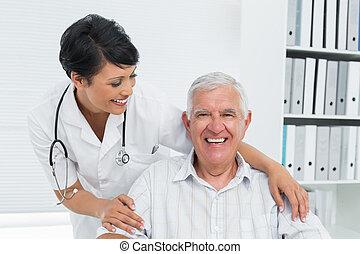 ritratto, di, uno, dottore femmina, con, felice, anziano, paziente