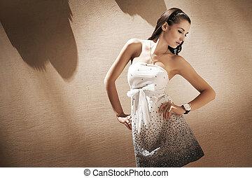 ritratto, di, uno, giovane, carino, brunetta, posin, in, uno, elegante, interno