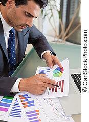 ritratto, di, uno, giovane, persona vendite, studiare, statistica