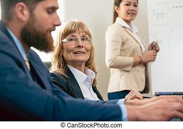 ritratto, di, uno, mezza età, donna, durante, riunione affari
