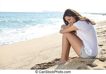 ritratto, di, uno, preoccupato, ragazza, sedendo spiaggia