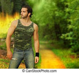 ritratto, di, uno, rilassato, muscolare, giovane, in, bello, montaggio naturale, il portare, uno, camuffamento, tanktop