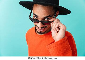 ritratto, di, uno, sorridente, giovane, afro uomo americano, in, cappello