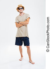 ritratto, di, uno, uomo sorridente, in, occhiali da sole, e, cappello, standing