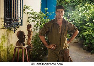 ritratto, felice, artista, uomo, lavorativo, con, legno, scultura, in, atelier
