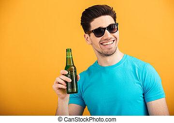ritratto, felice, occhiali da sole, giovane