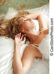 ritratto, giovane, sonno, letto, donna closeup
