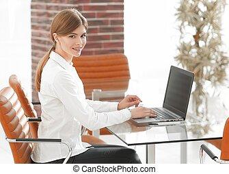 ritratto, laptop, donna, giovane, lavorativo