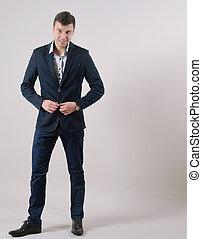 ritratto lunghezza pieno, di, fiducioso, sorridente, uomo affari sta piedi, in, completo, su, grigio, fondo