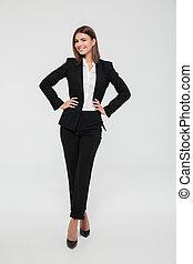 ritratto lunghezza pieno, di, uno, fiducioso, giovane, donna d'affari, in, completo