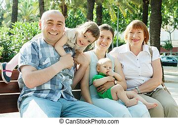 ritratto, multigeneration, famiglia felice