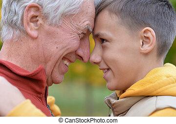ritratto, primo piano, sorridente, nipote, nonno