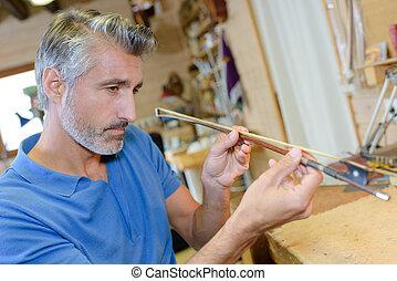 ritratto, suo, lavoro, luthier, ispezionando