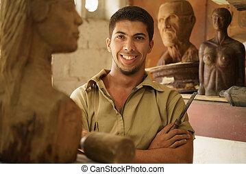 ritratto, uomo, lavorativo, felice, artista, arte, legno, scultura, in, atelier