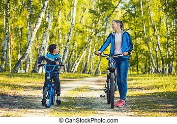 ritten, fietser, geitje, gelukkige mamma, zonnig, fiets, bos