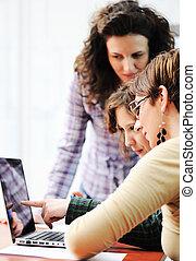 riunione affari, gruppo, di, giovani dirigenti azienda, lavorare insieme