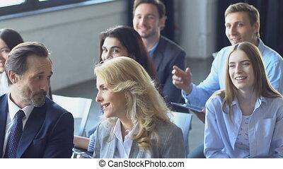 riuscito, gruppo persone affari, ascolto, a, presentazione,...