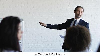 riuscito, uomo affari, condurre, presentazione, su, riunione conferenza, businesspeople, squadra, ascolto, su, addestramento, seminario
