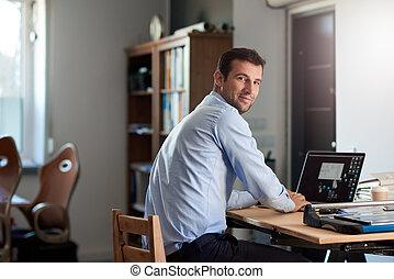 riuscito, uomo affari, lavoro, su, uno, laptop, in, un, ufficio