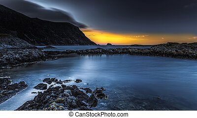 riva rocciosa, tramonto
