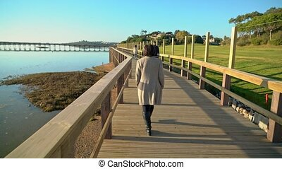 rivière, ahead., de, promenade, deux, rivage, gens, quinta, femelles, marche, sao, lago, lourenco, almancil., portugal