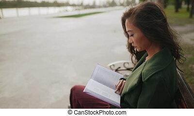 rivière, banc, jeune, livre lecture, séance, femme asiatique
