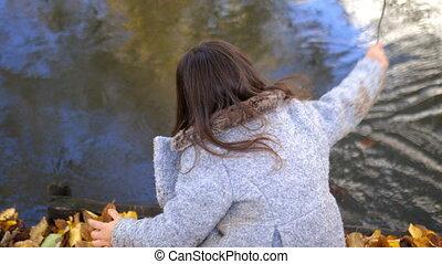 rivière, feuilles, peu, curieux, lancement, branches, girl, soigneusement