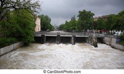 rivière, pendant, printemps, munich, large, marée, vue, isar, allemagne, élevé